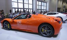 Orange ferrari 458 spindelbil Arkivbild