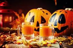 Orange festlig drink för allhelgonaafton på tappningträhöstbackgrou fotografering för bildbyråer