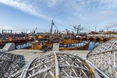 Orange Fischerboote im März Del Plata, Argentinien Stockfoto