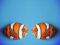 Orange fisk som två målas på stenen Arkivbilder