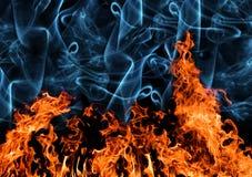 Orange Flamme mit Rauche auf Schwarzem Stockfotos