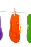 Orange Flipflop auf Wäscheleine lizenzfreie stockbilder
