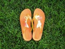 Orange Flipflops mit Bogen Stockbild