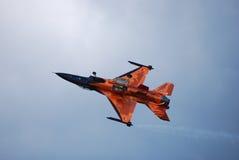 Orange Flugzeug fliegt umgewandelt Lizenzfreies Stockbild