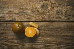 Orange-foncé d'isolement sur le fond en bois Oranges de Brown images stock
