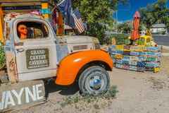 Orange främling på Main Street i pickupet, Seligman på historiska Route 66, Arizona, USA, Juli 22, 2016 Royaltyfri Foto
