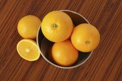 Orange Früchte auf Tabelle Stockfotos