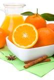 Orange Früchte und Krug Saft stockfoto