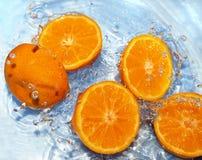 Orange fraîche dans l'eau Photos libres de droits