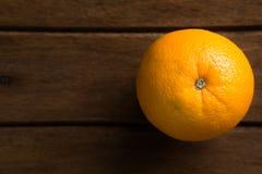 Orange fraîche en gros plan sur le fond en bois de bureau de Tableau photos stock