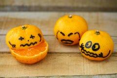 Orange fraîche sur la table en bois dans la salle à manger Le fruit sain pour perdent le poids, oranges fraîches sur le fond en b Image stock
