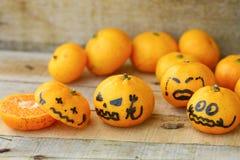 Orange fraîche sur la table en bois dans la salle à manger Le fruit sain pour perdent le poids, oranges fraîches sur le fond en b Photo libre de droits