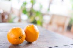 Orange fraîche sur le fond en bois de texture avec l'espace pour le texte F organique Photo libre de droits