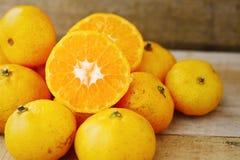 Orange fraîche sur le fond en bois pour sain Fruit organique ou propre de verger sur le marché Nettoyez le fruit et buvez pour la Photo stock
