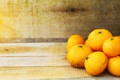 Orange fraîche sur le fond en bois pour sain Fruit organique ou propre de verger sur le marché Nettoyez le fruit et buvez pour la Image stock