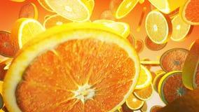 Orange fraîche en baisse sur le fond jaune Fin vers le haut 4K banque de vidéos