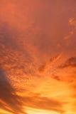 Orange färg för moln på afton Arkivbilder