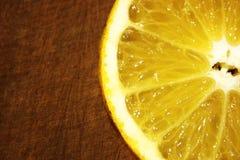 Orange Frucht auf der hölzernen Tabelle stockfotos