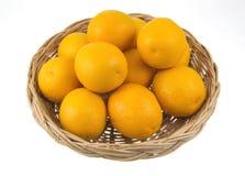 Orange Frucht in den Weidenkörben Stockbild