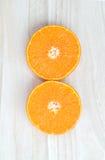 Orange Frucht geschnitten auf Holztisch Stockfotografie