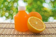 Orange Frucht und eine Flasche stockfoto
