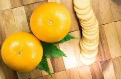 Orange Frucht und Kekse Lizenzfreie Stockfotos
