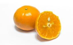 Orange Fruchtscheibe auf weißem Hintergrund. Stockbild