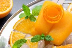 Orange Fruchtsorbet-Eiscremeeis am stiel Stockfotografie