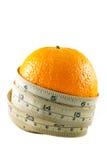 Orange frukt med mätningsbandet arkivbilder