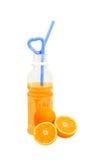Orange frukt med orange fruktsaft i en flaska som isoleras på vit Royaltyfri Bild
