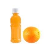 Orange frukt med orange fruktsaft i en flaska som isoleras på vit Arkivbild