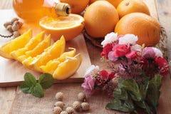 Orange frukt med skivor och läcker fruktsaft Fotografering för Bildbyråer
