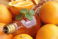 Orange frukt med skivor och läcker fruktsaft Royaltyfri Foto