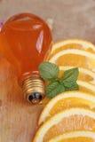 Orange frukt med skivor och läcker fruktsaft Arkivbild