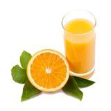 Orange frukt och fruktsaft med blad Royaltyfri Foto