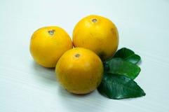 Orange frukt på en trävit Arkivfoton