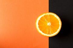 Orange frukt på svart- och apelsinpapper royaltyfri bild