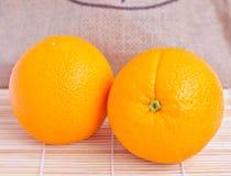 Orange frukt på träbakgrund Arkivbild