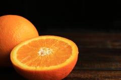 Orange frukt på trätabellen med utrymme för text Royaltyfria Foton