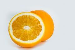 Orange frukt skivade ‹för †i halva Royaltyfri Fotografi