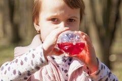 Orange fruktdrink för vitamin C för attraktiv nätt flicka fotografering för bildbyråer