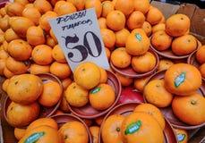 Orange frukter som är till salu på den lokala marknaden royaltyfri foto