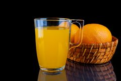 Orange fruktsaft - exponeringsglas med apelsiner på svart bakgrund Arkivfoton