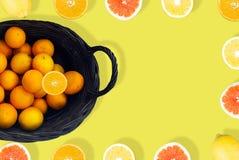 Orange fruktsaft från över på gul bakgrund arkivfoto