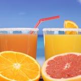 Orange fruktsaft från apelsiner på havet Arkivfoton