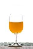 orange fruktsaft från flaskan in i exponeringsglas Royaltyfri Fotografi