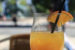 Orange fruktsaft i en terrass royaltyfri fotografi