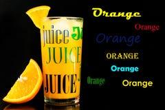 Orange fruktsaft i ett exponeringsglas p? en svart bakgrund stock illustrationer