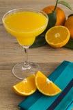 Orange fruktsaft i ett margaritaexponeringsglas Arkivfoton
