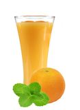 Orange fruktsaft i exponeringsglas, ny orange och mintört arkivfoto